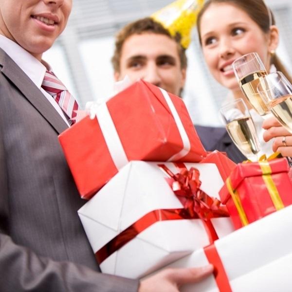 Оригинальные и прикольные подарки директору: личные и от коллектива, выполненные своими руками