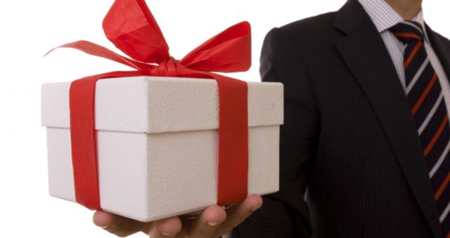 Памятный подарок коллеге при увольнении с работы: что вручить на прощание мужчине и что женщине?