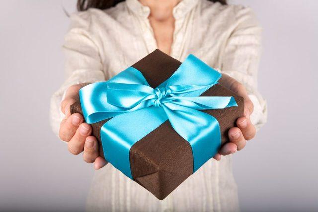 Подарок начальнику с выходом на пенсию: что полезное подарить от коллектива и лично?