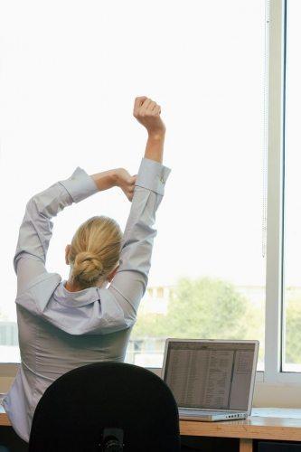 Почему хочется спать после обеда на работе: что делать в таком случае, как взбодриться и не уснуть?
