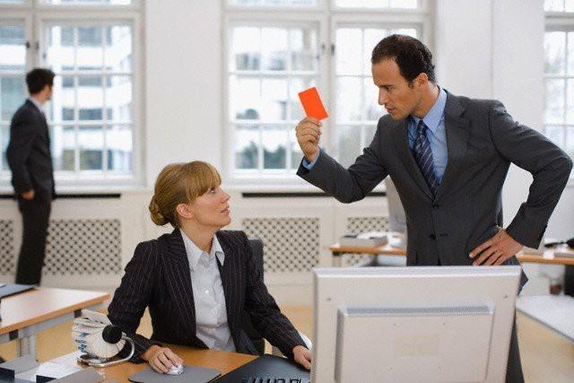 Как себя вести, если начальник постоянно придирается по мелочам без причины и как ему ответить?