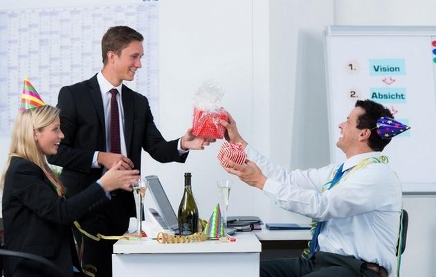 Что подарить мужчине коллеге на день рождения: оригинальные и прикольные идеи презентов