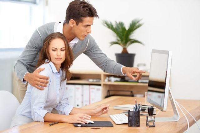 Начальник пристает на работе: что делать, если он домогается и заигрывает с сотрудницей?