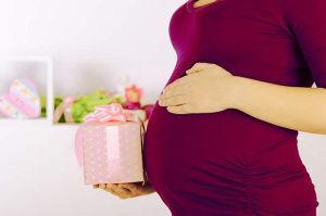 Что подарить коллеге, уходящей в декрет: как порадовать беременную девушку?