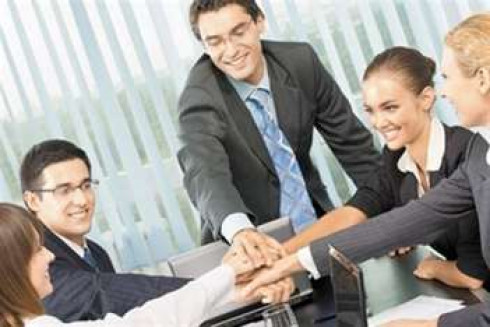 Отношения с коллегами на работе: как правильно общаться и наладить связи?