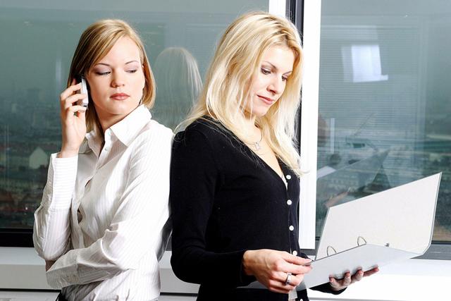 Зависть коллег по работе: основные признаки и как правильно реагировать?