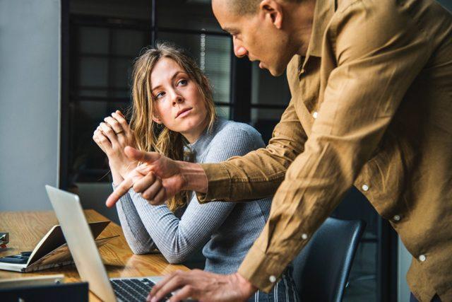 Коллеги не здороваются на работе: почему они перестали вас приветствовать первыми?