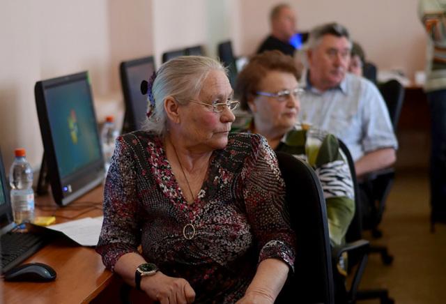 Как найти работу пенсионеру: куда устроиться женщине и мужчине в почтенном возрасте?
